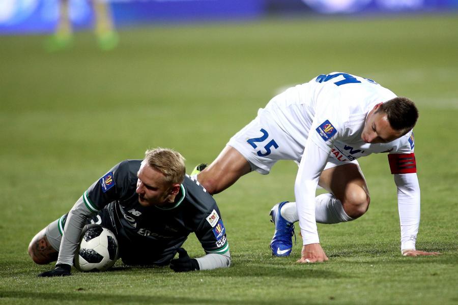 Piłkarz Bruk-Bet Termaliki Nieciecza Mateusz Kupczak (P) i Daniel Łukasik (L) z Lechii Gdańsk