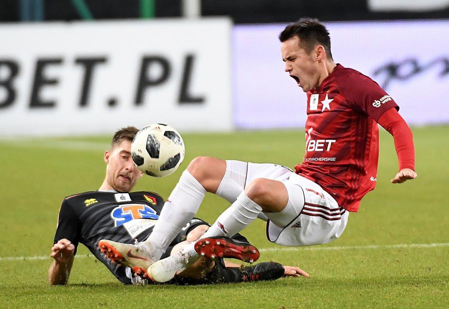 Piłkarz Wisły Kraków Dawid Kort (P) i Taras Romanczuk (L) z Jagiellonii Białystok
