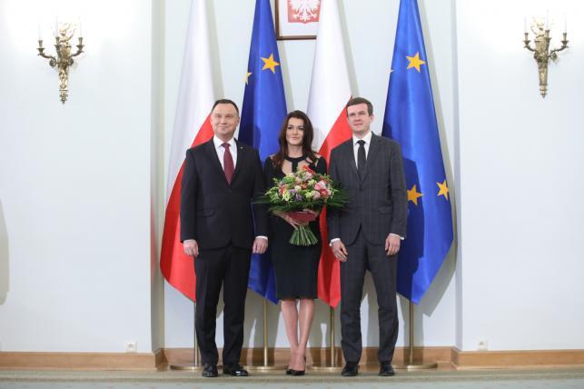 Prezydent Andrzej Duda (L) i minister sportu i turystyki Witold Bańka (P) oraz odznaczona Krzyżem Komandorskim Orderu Odrodzenia Polski była tenisistka Agnieszka Radwańska (C)