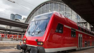 Pociąg na dworcu we Franfurcie