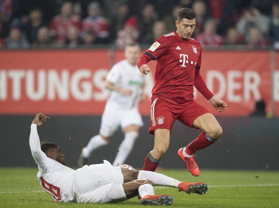 Kevin Danso (L) in action against Bayern\'s Robert Lewandowski