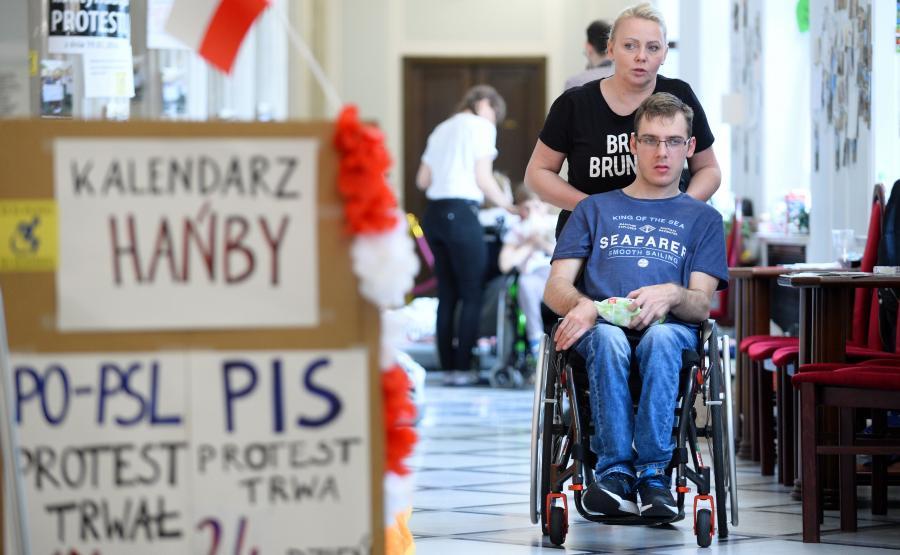 Iwona i Jakub Hartwichowie w czasie protestu w Sejmie