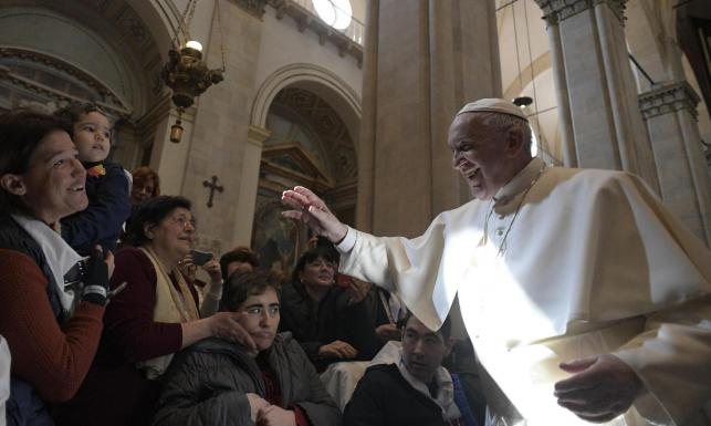 Papież Franciszek wykazał się nie lada refleksem. To WIDEO podbija internet