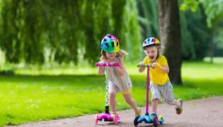 Dzieci na hulajnogach