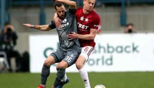 Piłkarz Wisły Kraków Łukasz Burliga (P) i Luis Rocha (L) z Legii Warszawa podczas meczu Ekstraklasy
