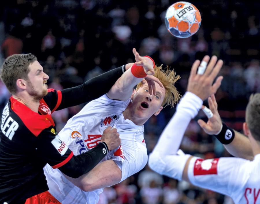 Polacy Tomasz Gębala (C) i Kamil Syprzak (P) oraz Hendrik Pekeler (L) z Niemiec podczas meczu eliminacyjnego mistrzostw Europy piłkarzy ręcznych
