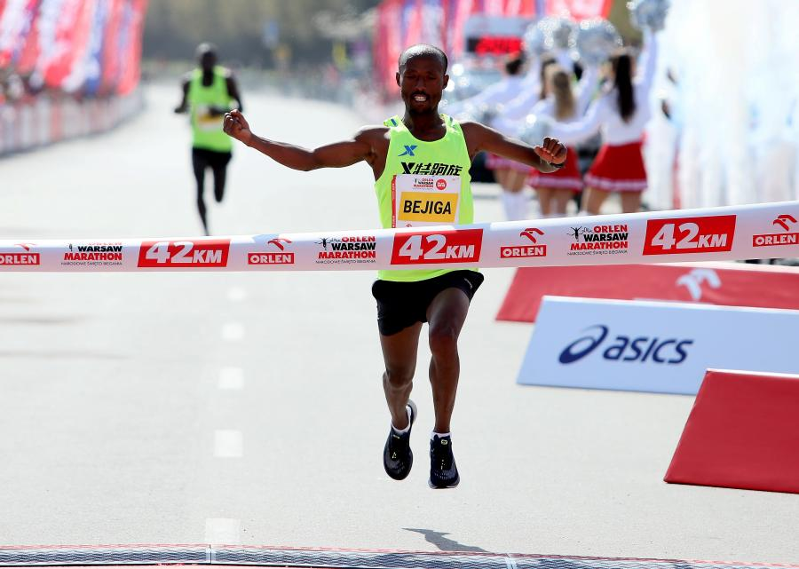 Zwycięzca Etiopczyk Regasa Mindaye Bejiga na mecie Orlen Warsaw Marathon