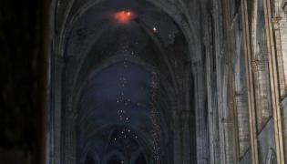 Wnętrze Notre Dame po pożarze