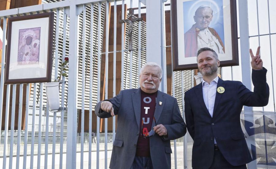 Były prezydent Lech Wałęsa oraz jego syn - eurodeputowany Jarosław Wałęs przed historyczną bramą nr 2 Stoczni Gdańskiej
