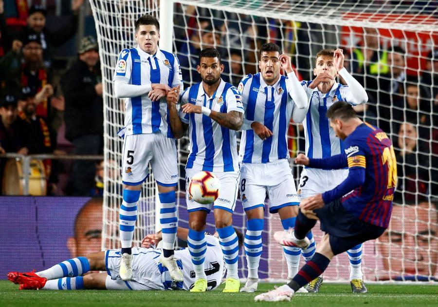 Leo Messi (wykonuje rzut wolny)