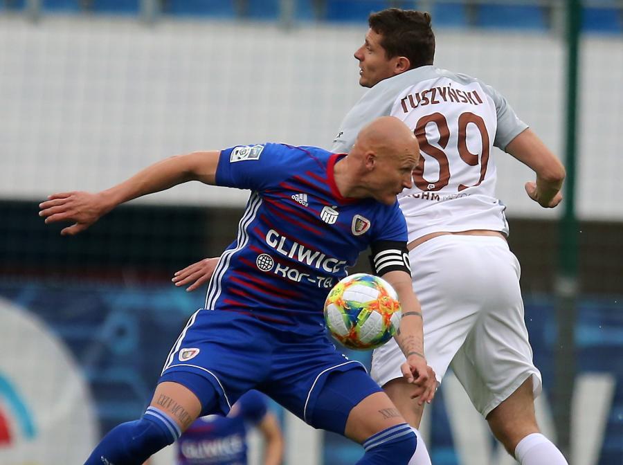 Piłkarz Piasta Gliwice Jakub Czerwiński (L) i Patryk Tuszyński (P) z KGHM Zagłebia Lubin podczas meczu grupy mistrzowskiej Ekstraklasy