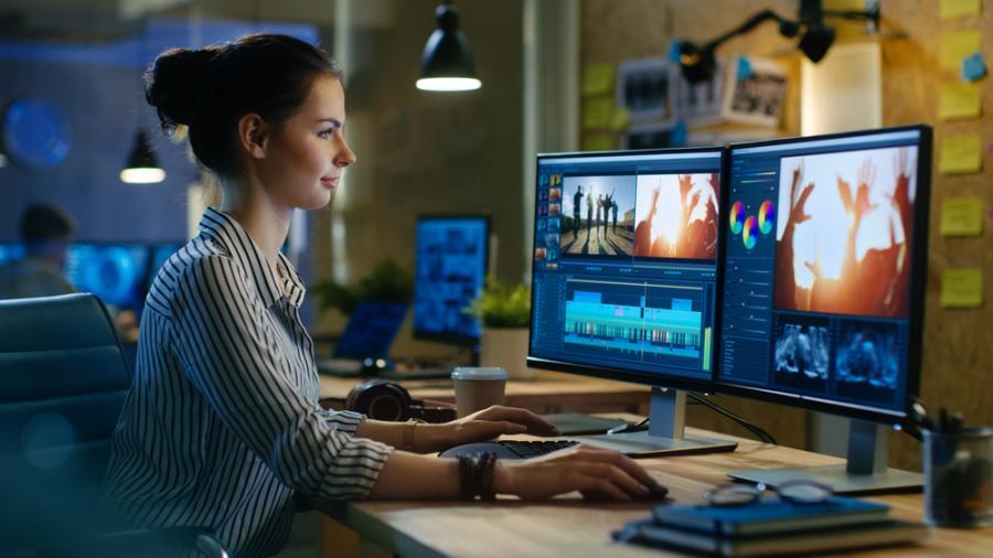 Praca biurowa przy dwóch monitorach