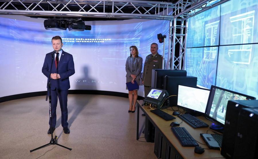Mariusz Błaszczak oraz rektor WAT płk Tadeusz Szczurek i Ewa Kacprzyk  podczas inauguracji rekrutacji do Wojskowego Ogólnokształcącego Liceum Informatycznego w Wojs