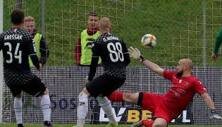 Pokonany bramkarz Zagłębia Sosnowiec Lukasa Hrosso (P) podczas meczu grupy spadkowej piłkarskiej Ekstraklasy ze Śląskiem Wrocław