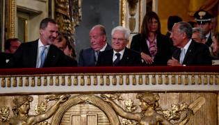 Król Hiszpanii Filip VI, prezydent Włoch Sergio Mattarella i prezydent Portugalii Marcelo Rebelo de Sousa w teatrze w Neapolu