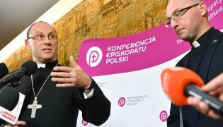 Prymas Polski abp Wojciech Polak i koordynator medialny Centrum Ochrony Dziecka ks. Piotr Studnicki