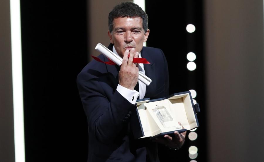 """Antonio Banderas odbiera nagrodę za najlepszą rolęw filmie """"Ból i blask"""" Almodóvara"""
