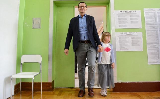 Premier Mateusz Morawiecki z córką, podczas głosowania w lokalu wyborczym w Szkole Podstawowej numer 205 w Warszawie