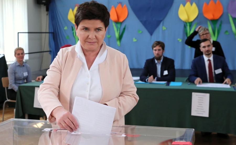 Wicepremier Beata Szydło głosuje w lokalu wyborczym w Brzeszczach
