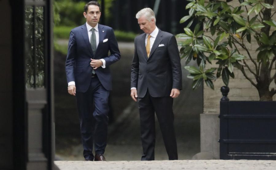 Tom Van Grieken z partii Vlaams Belang oraz król Filip