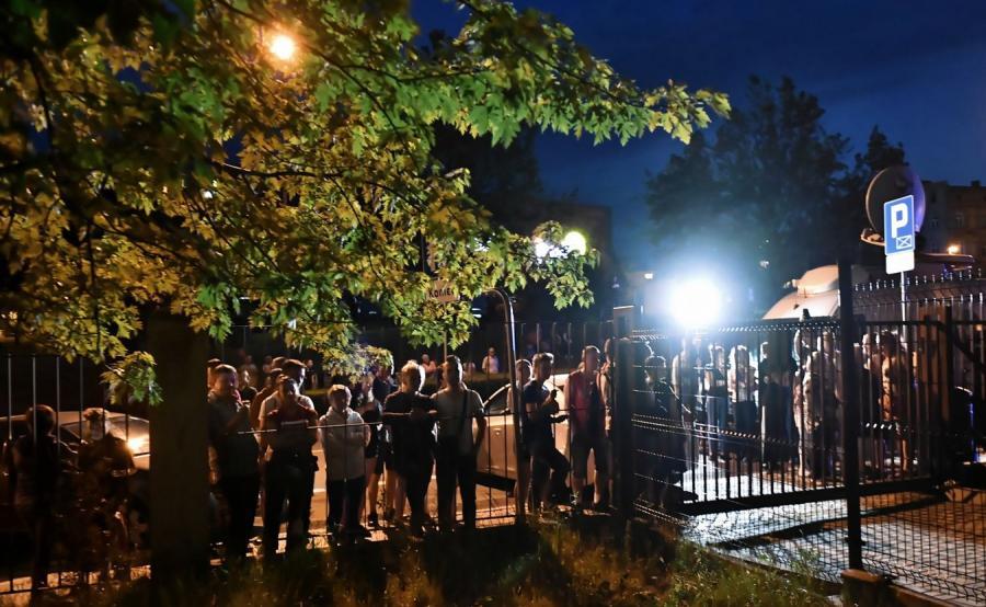 Ludzie przed prokuraturą w Świdnicy