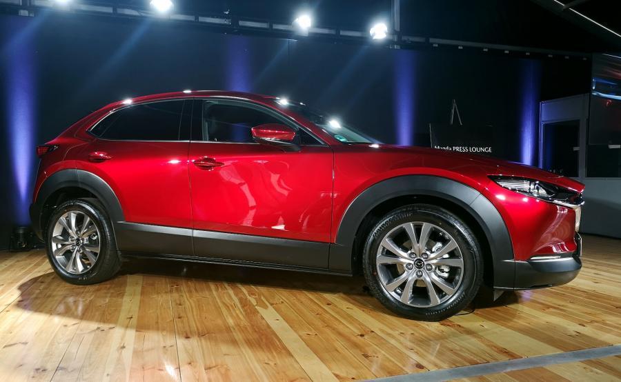 Nowa Mazda CX-30 rozwija stylistykę Kodo o takie elementy, jak: Yohaku - piękno pustej przestrzeni, Sori - pełne wyważonej dyskrecji krzywe linie oraz Utsuroi – gry światła i cienia