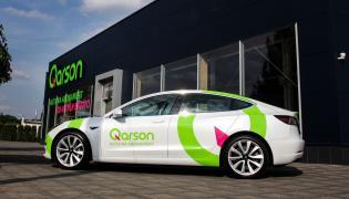 Do oferty wchodzą dwie wersje modelu Tesla 3: Standard Range Plus oraz Long Range AWD. Pierwsza oferuje zasięg ponad 400 km oraz prędkość maksymalną wynoszącą 225 km/h, natomiast w przypadku drugiej zasięg przekracza 500 km, a prędkość maksymalna wzrasta do 233 km/h