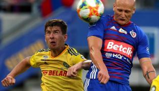 Piłkarz Piasta Gliwice Jakub Czerwiński (P) strzela bramkę BATE Borysów podczas rewanżowego meczu 1. rundy eliminacyjnej Ligi Mistrzów