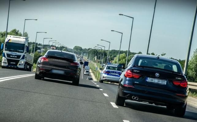 Nieoznakowane BMW serii 3 Gran Turismo znika w tłumie aut na drodze, jak ryba w wodzie