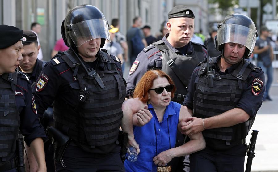 Rosyjska policja zatrzymuje demonstrantów