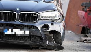 Rozbity samochód BMW X6M na policyjnym parkingu depozytowym w Niechcicach k. Piotrkowa Trybunalskiego