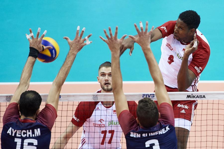 Reprezentanci Polski Wilfredo Leon (góra) i Karol Kłos (C) oraz Mohamed Ayech (L) i Ben Slimene (P) z Tunezji podczas meczu turnieju kwalifikacyjnego siatkarzy do igrzysk olimpijskich