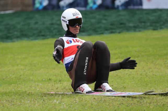 Piotr Żyła podczas drugiej serii konkursu drużynowego letniej Grand Prix w skokach narciarskich w Zakopanem