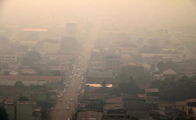 Dym opanował niebo nad brazylijskimi miastami