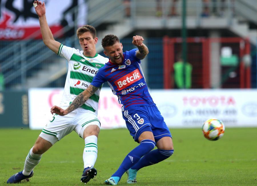Piłkarz Piasta Gliwice Piotr Parzyszek (P) i Michał Nalepa (L) z Lechii Gdańsk podczas meczu Ekstraklasy