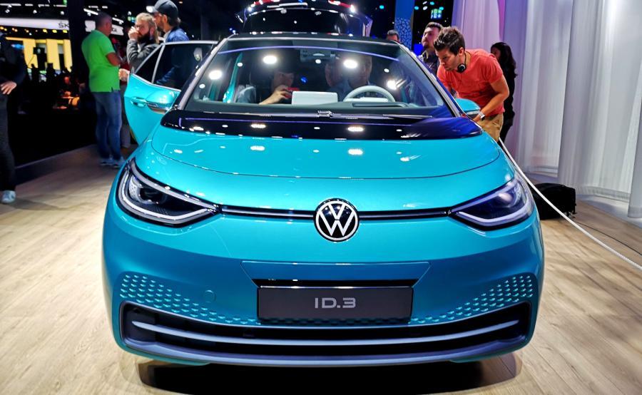 Volkswagen chce, by światło stało się tym, czym w samochodowej estetyce był kiedyś chrom – zgodnie z tym w wielu miejscach dla podkreślenia walorów stylistycznych ID.3 zastosowano diody LED