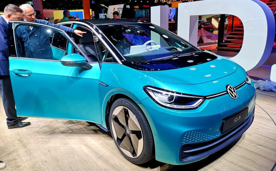 Volkswagen ID.3 pod względem wymiarów nieznacznie różni się od Golfa. W liczbach wygląda to następująco: ID.3 ma nadwozie o długości 4261 mm (o 6 mm więcej niż Golf), szerokości 1809 mm (-21 mm w stosunku do Golfa) i wysokości 1552 mm (58 mm wyższy od Golfa)
