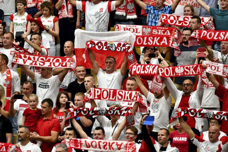 Kibice reprezentacji Polski podczas meczu grupy D z Ukrainą na siatkarskich mistrzostwach Europy, w hali \