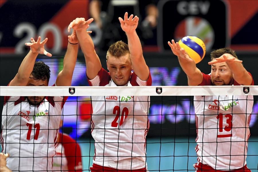 Polacy - od lewej: Fabian Drzyzga, Mateusz Bieniek i Michał Kubiak podczas meczu ćwierćfinałowego na siatkarskich mistrzostwach Europy z Niemcami