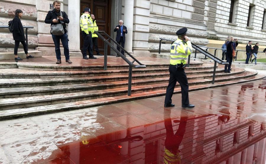 Budynek brytyjskiego ministerstwa skarbu oblany sztuczną krwią