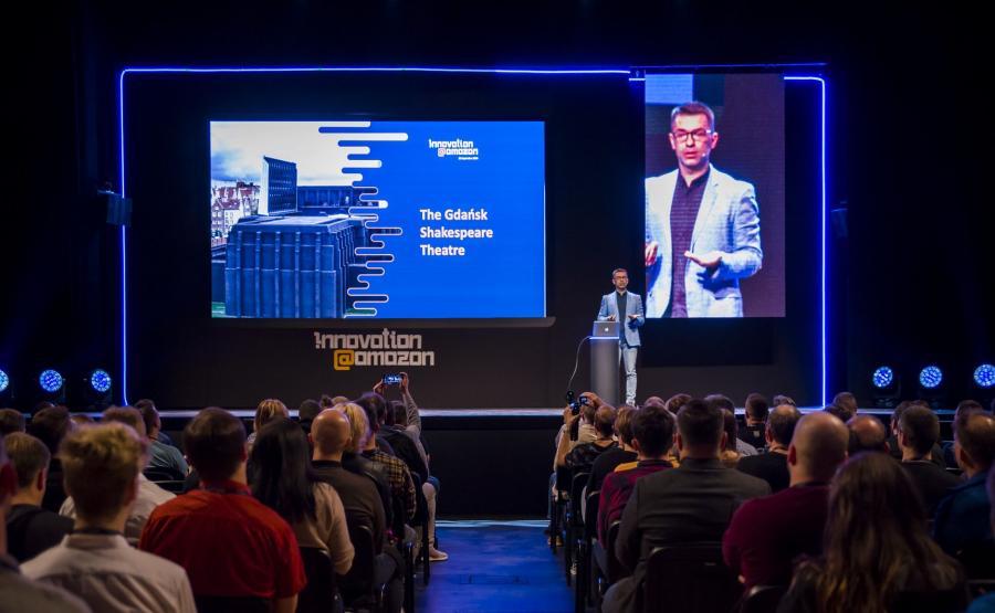 Rafał Kukliński, dyrektor Centrum Rozwoju Technologii Amazon w Gdańsku, na scenie razem z Alexą