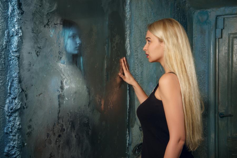 Kobieta widzi w lustrze ducha