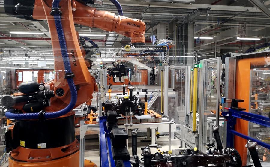 Jeden z robotów Kuka jest odpowiedzialny za dźwiganie zespołu napędowego VW ID.3 i jego montaż w tylnej części platformy MEB