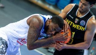 Koszykarz Anwilu Włocławek Shawn Jones (L) i Victor Sanders (P) z Telenetu Giants Antwerpii