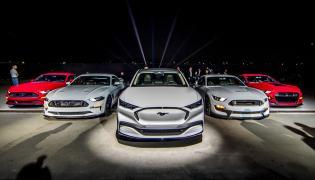 Ford Mustang Mach-E w otoczeniu rodziny