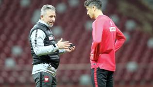 Selekcjoner piłkarskiej reprezentacji Polski Jerzy Brzęczek (L) w rozmowie z kapitanem zespołu Robertem Lewandowskim (P) podczas treningu
