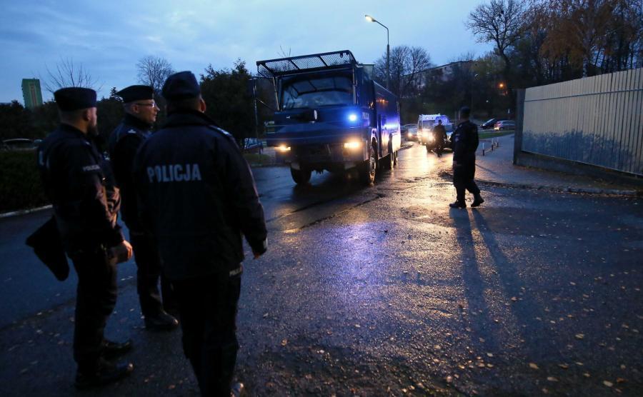 Funkcjonariusze przed Komendą Miejską Policji w Koninie