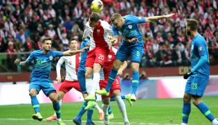 Polak Łukasz Piszczek (C-L) i Jasmin Kurtić (C-P) ze Słowenii podczas meczu eliminacyjnego piłkarskich mistrzostw Europy na PGE Narodowy w Warszawie
