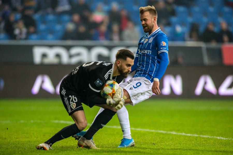 Piłkarz Lecha Poznań Christian Gytkjaer (P) i bramkarz Frantisek Plach (L) z Piasta Gliwice podczas meczu Ekstraklasy