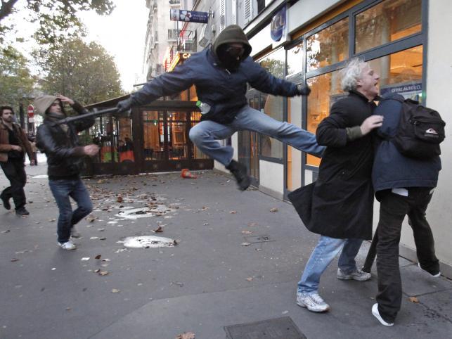 Demonstrant w Paryżu atakuje przechodnia. Do protestów przeciw reformie emerytalnej doczyli chuligani